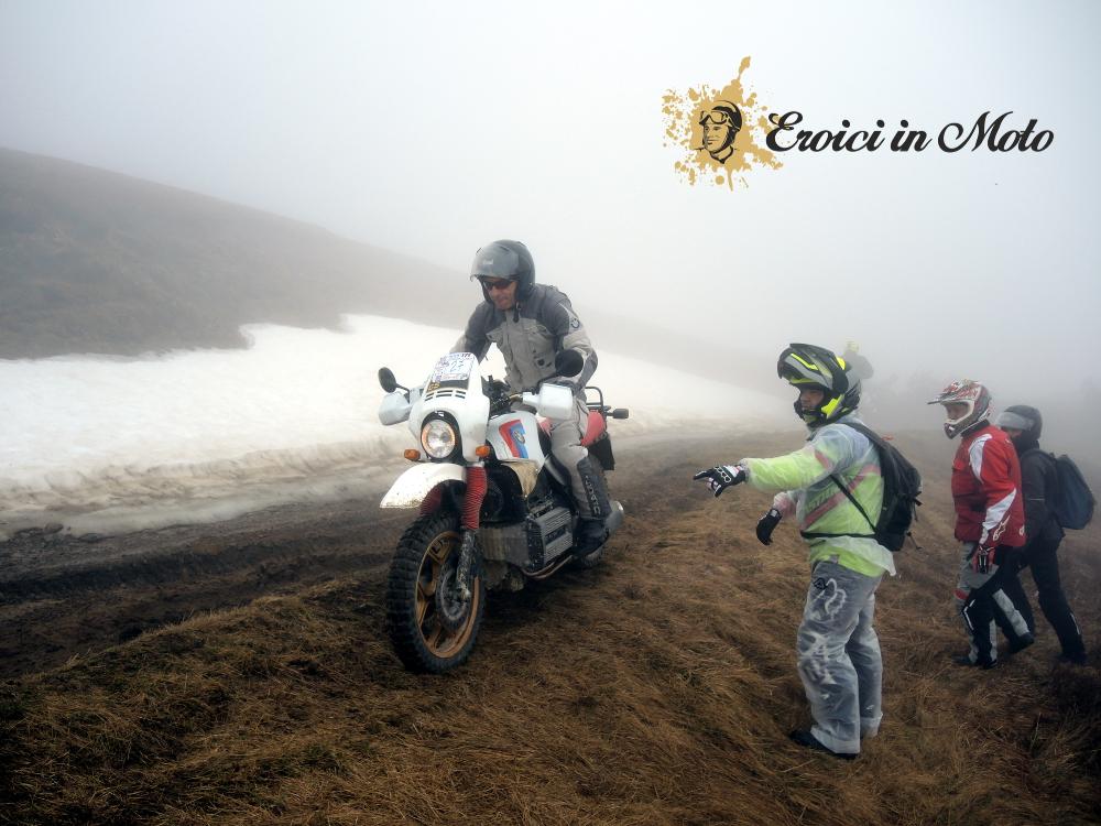 Heroische in Bewegung in der letzten Kurve vor dem Pass des Arkanen überqueren, zwischen Schnee und die fangone